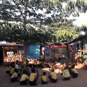 Lezione nella classe di 35 bambini, per lo più orfani, assistita dalla ONLUS Deborah Ricciu - Espandere Orizzonti